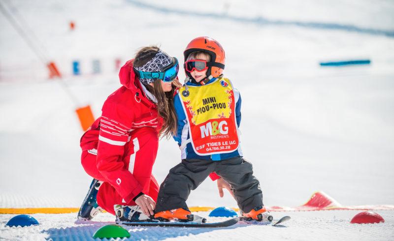Regardez les enfants se rendre au cours de ski depuis la terrasse du Chalet